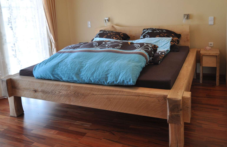 Eschenbalken Bett handgehobelt geölt überplattet Baumkante