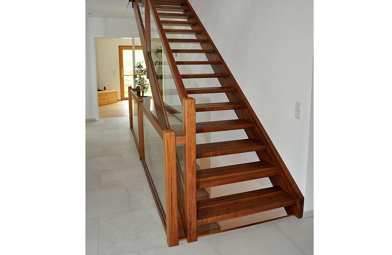Nussbaum Treppe gerade Treppe Glas Geländer Lackiert