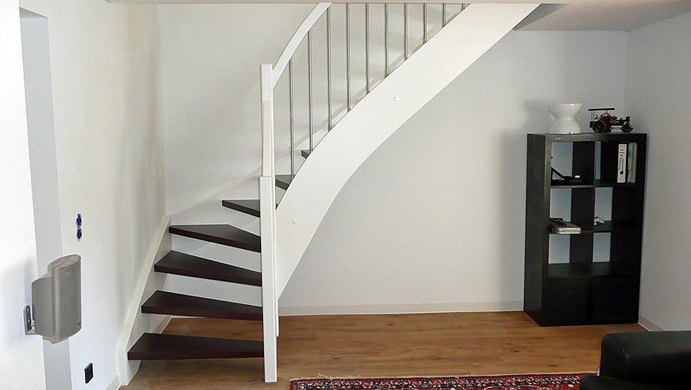 Treppe Buche Gebeizt Wangen weiß lackiert Edelstahl Sprossen
