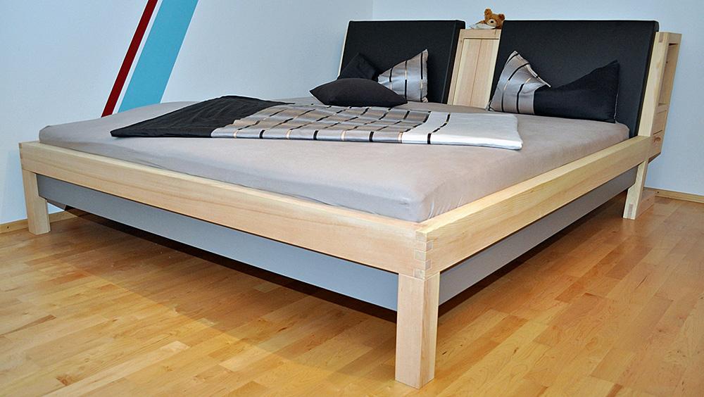 Zirbelkieferbett Doppelbett mit Farblack Kopfteil als Stauraum Lederkissen
