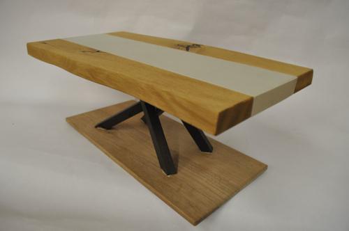 Tisch in Ast-Eiche und Beton