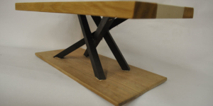 Tisch in Ast-Eiche und Beton seitlich