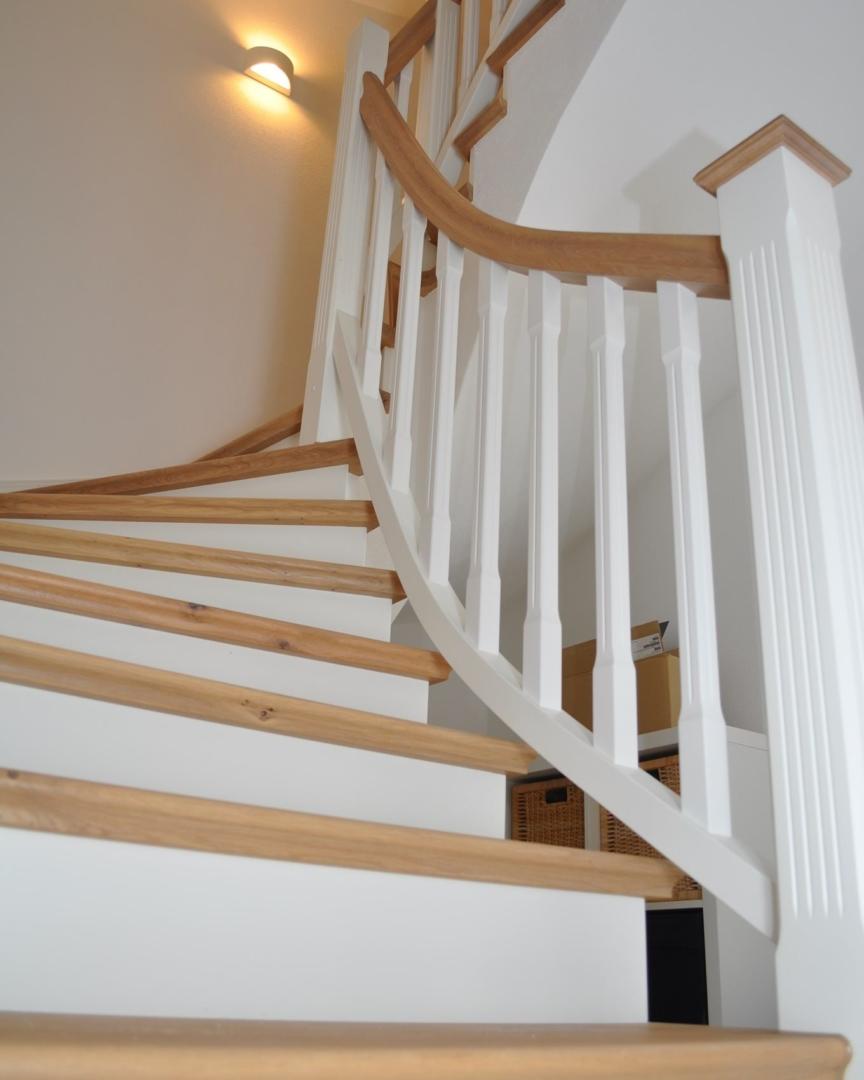 Eine moderne Betonkerntreppe mit Wandwange